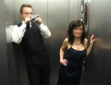 Exhibe dans un ascenseur