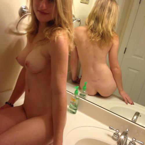 une blonde nue