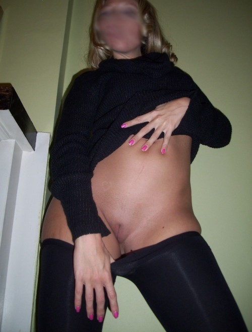 Blonde exhibe sa chatte lisse