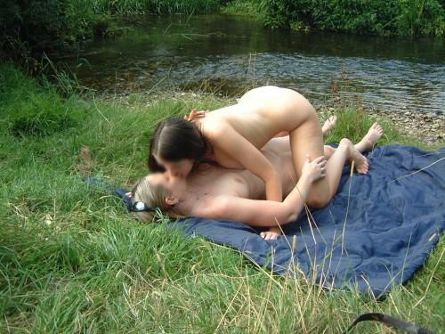 des amies s'embrassent