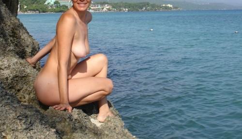 Une amatrice nue à la mer