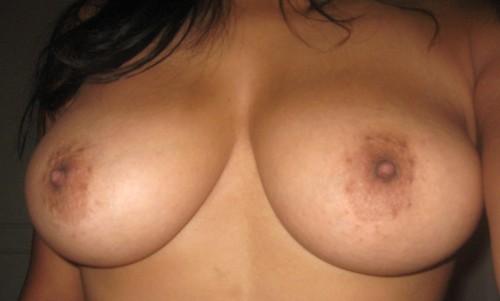 Exhibe ses seins