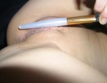 un coquine se masturbe avec un pinceau