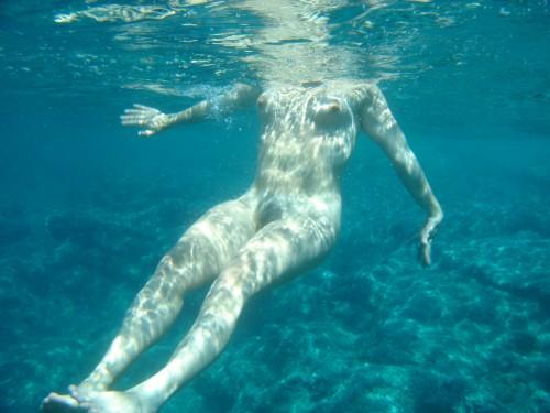 Coquine dénudée sous l'eau