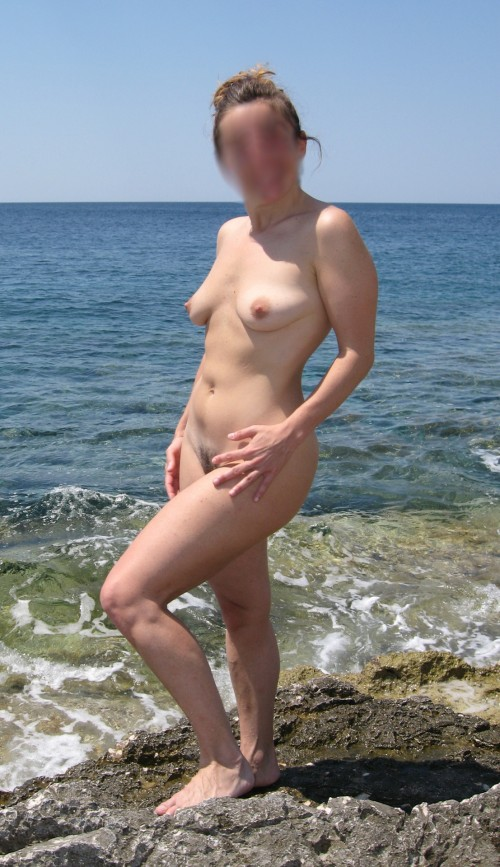 Amatrice nue au bord de la mer