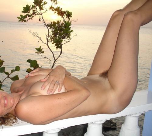 Une amatrice nue au coucher du soleil