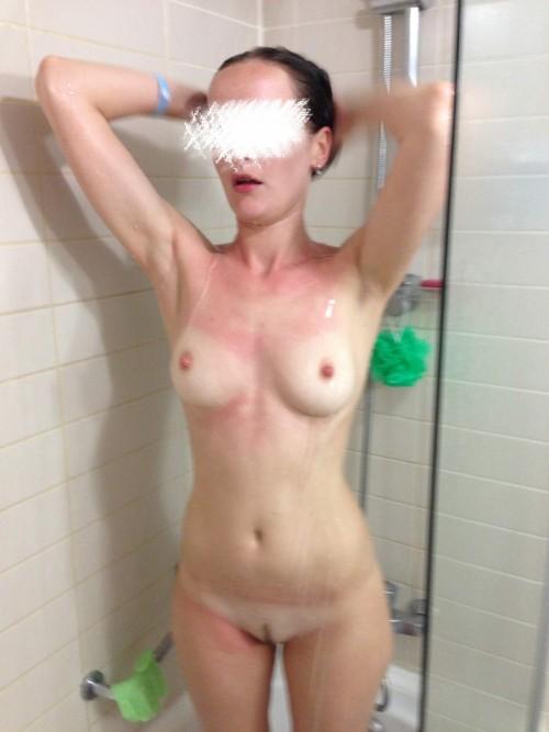 Une jeune femme à poil sous la douche